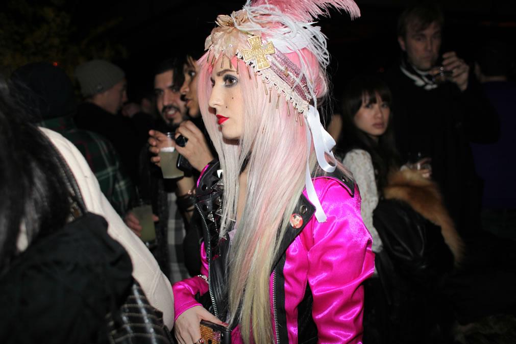 Audrey Kitching, cabelo colorido,