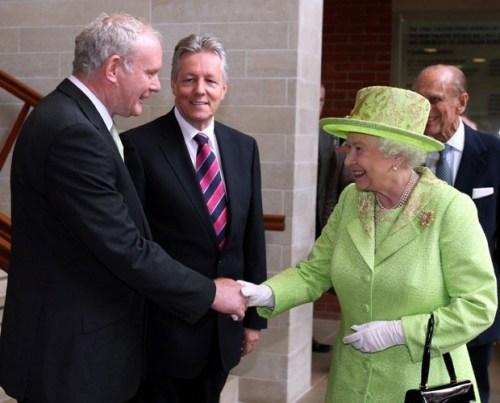 rainha elizabeth, look, neon, roupas