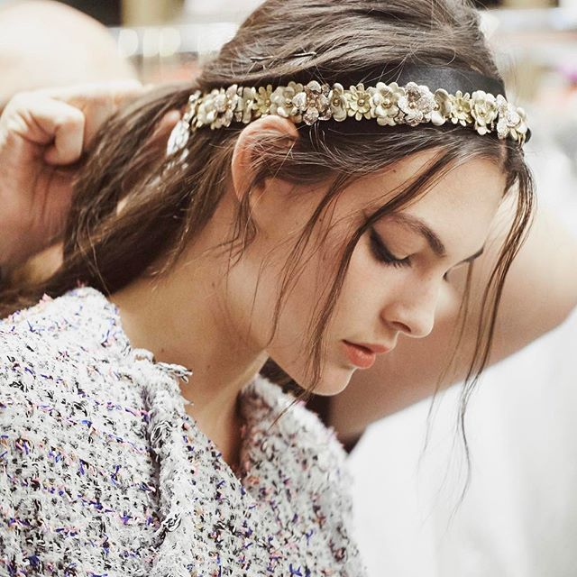 chanel, grécia, desfile, resort, 2017, 2018, paris, fotos, detalhes, look, modelos, tiara, flores